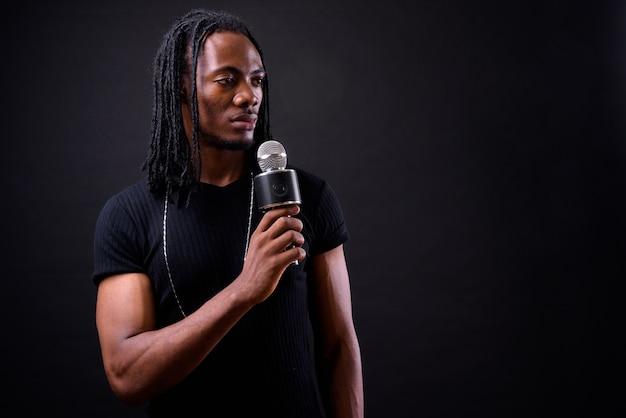 Portret młodego przystojnego mężczyzny afrykańskiego z dredami na czarno