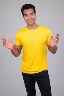 Portret młodego przystojnego mężczyzny indyjskiego na białym tle