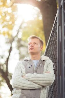 Portret młodego przystojnego mężczyzny na zewnątrz