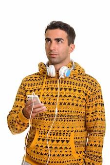 Portret młodego przystojnego mężczyzny perskiego ze słuchawkami