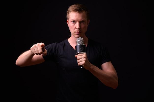 Portret młodego przystojnego mężczyzny skandynawskiego na czarno
