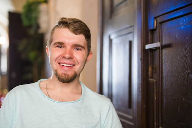 Portret młodego przystojnego mężczyzny uśmiechającego się na zewnątrz