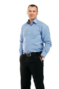 Portret młodego przystojnego mężczyzny uśmiechnięta w reprezentatywnej odzieży ścisłej na białym tle