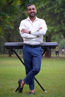Portret młodego przystojnego mężczyzny z elektroniczną muzyką fortepianową