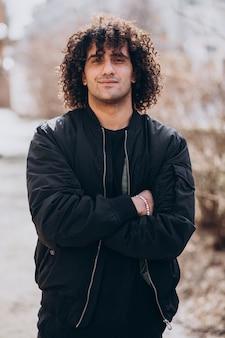 Portret młodego przystojnego mężczyzny z kręconymi włosami