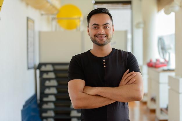 Portret młodego przystojny brodaty mężczyzna indyjski, ćwiczenia na siłowni