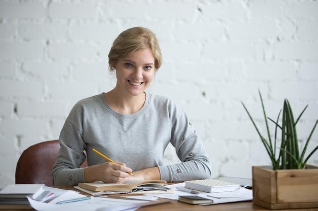 Portret młodego studenta atrakcyjne przy stole
