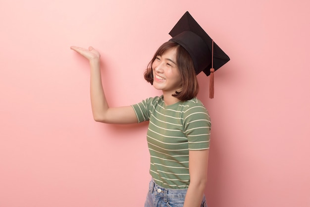 Portret młodego studenta azji na sobie kasztana na tle studia.