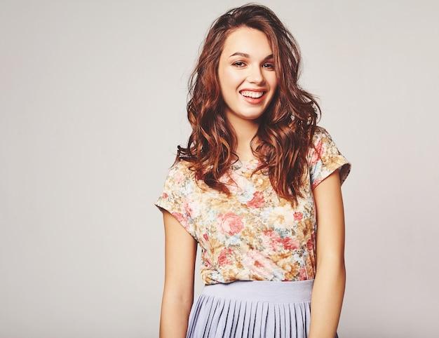 Portret młodego stylowy model śmiejąc się w kolorowe letnie ubrania z naturalnym makijażem