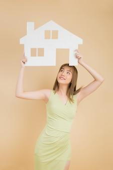 Portret młodego szczęśliwy podekscytowana kobieta azji gospodarstwa papieru do domu