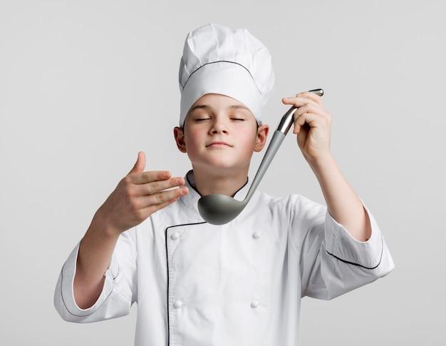Portret młodego szefa kuchni przebrany za szefa kuchni