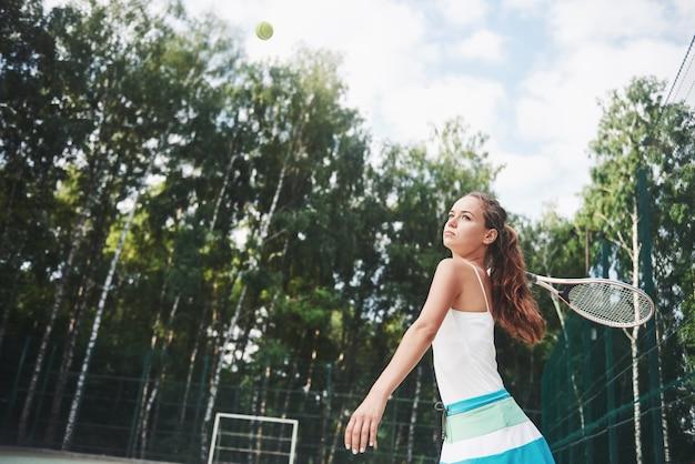 Portret młodego tenisisty stojącego gotowy do służyć.