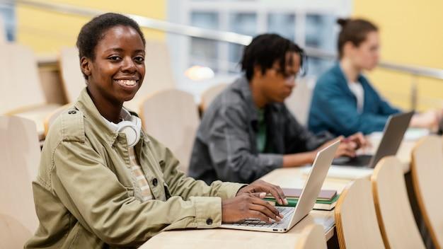 Portret młodego ucznia w klasie
