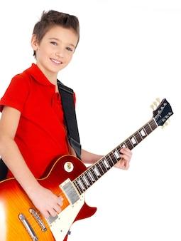 Portret młodego uśmiechniętego chłopca z gitarą elektryczną -