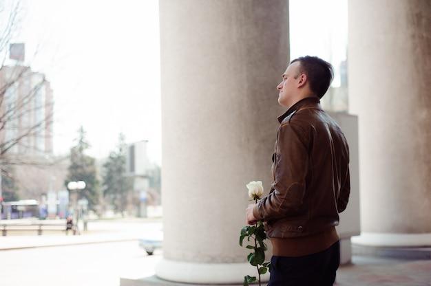 Portret młodego zakochanego mężczyzny, który czeka na swoją dziewczynę