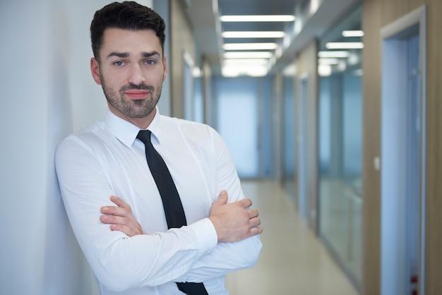 Portret młodego zamyślony pracownik biurowy