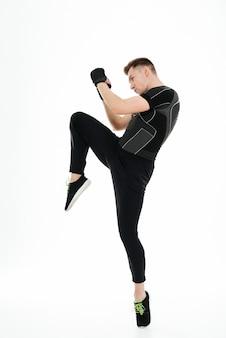 Portret młodego zdrowego sportowca człowieka robi ćwiczenia bokserskie