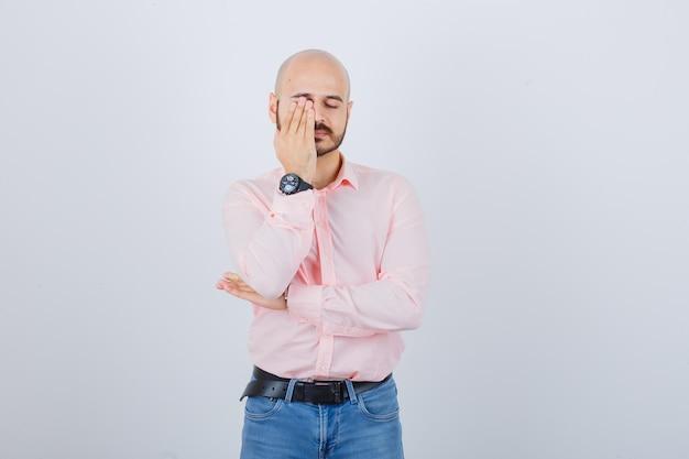 Portret młodego zmęczonego mężczyzny