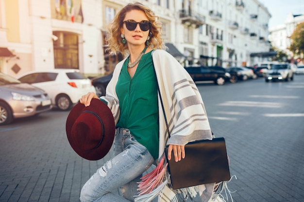 Portret młodej atrakcyjnej kobiety w sunglaases, moda uliczna, czeski elegancki