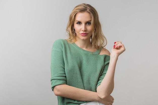 Portret młodej atrakcyjnej pewnej siebie seksownej kobiety, styl casual, zielony sweter, niezależny, modelka pozowanie na tle białego studia, odizolowany, patrząc w kamerę, zalotny