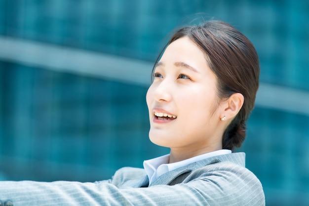 Portret młodej azjatyckiej kobiety biznesu w dzielnicy biurowej
