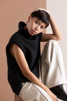 Portret młodej azjatyckiej kobiety pozuje w jesiennych ubraniach