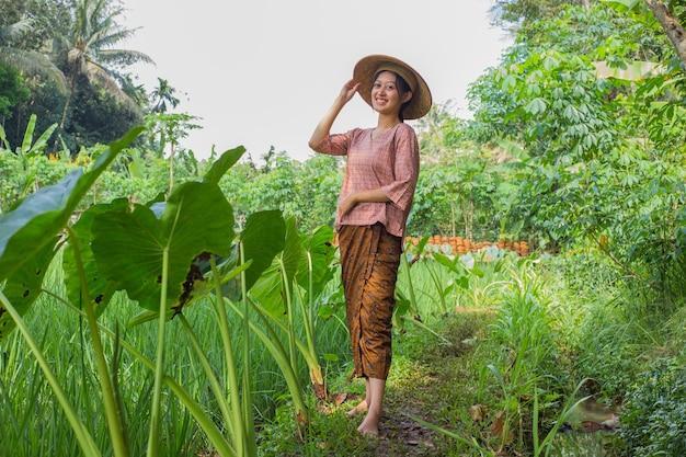 Portret młodej azjatyckiej kobiety rolnika w ryżowym polu