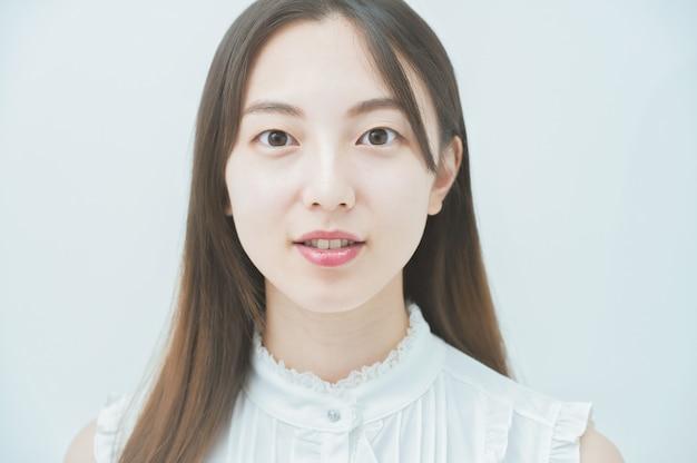 Portret młodej azjatyckiej kobiety w płaskim oświetleniu
