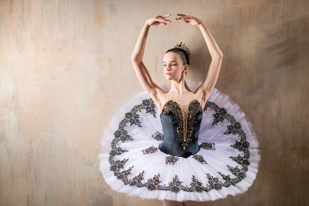 Portret młodej baletnicy w białej tutu pozowanie