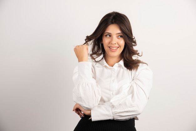 Portret młodej bizneswoman na bielu.