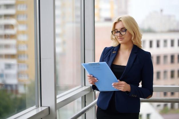 Portret młodej bizneswoman uśmiecha się pewnie
