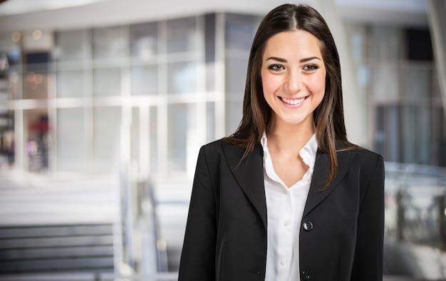 Portret młodej bizneswoman uśmiechnięta