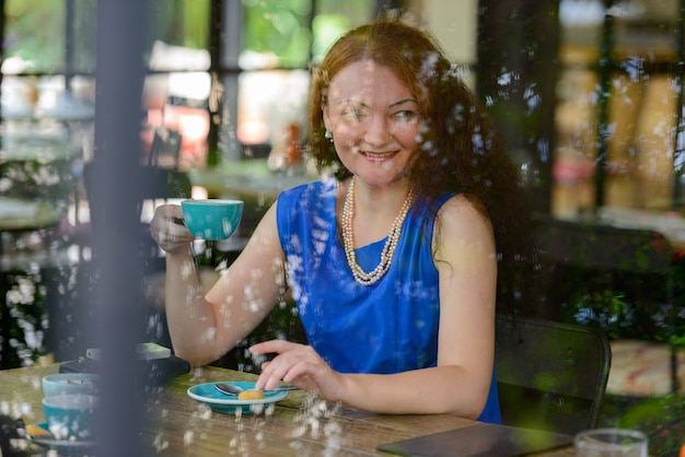 Portret młodej bizneswoman z rudymi włosami w mieście