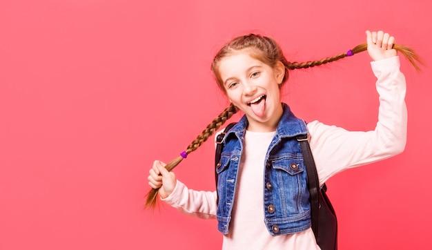 Portret młodej dziewczynki z dwoma warkoczami