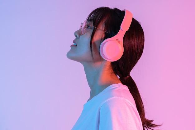 Portret młodej dziewczyny azjatyckiej w słuchawkach