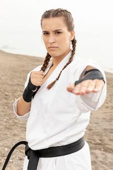 Portret młodej dziewczyny ćwiczy karate