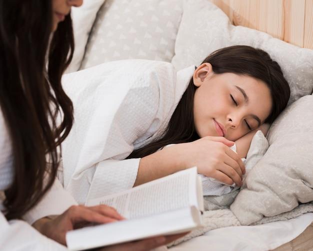 Portret młodej dziewczyny do spania