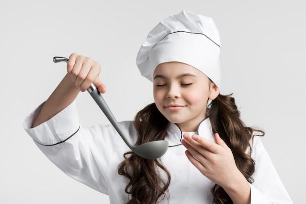 Portret młodej dziewczyny gospodarstwa zupa kadzi