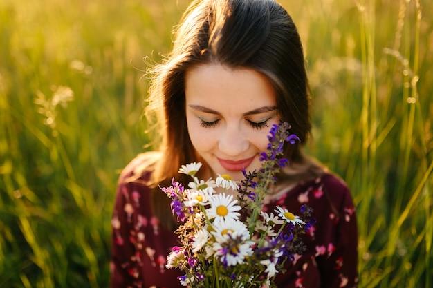 Portret młodej dziewczyny na trawie i drzew parku krajobraz