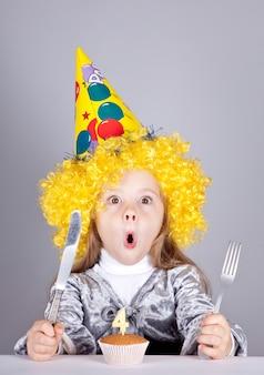 Portret młodej dziewczyny na urodziny z ciastem.