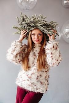 Portret młodej dziewczyny o słowiańskim wyglądzie z wieńcem na głowie