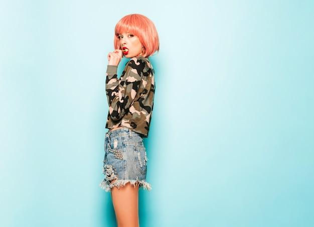 Portret młodej dziewczyny piękne hipster zły w modne jeansy szorty i kolczyk w nosie