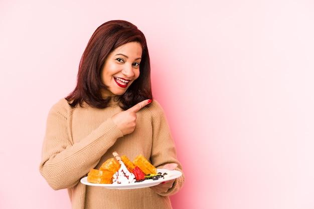 Portret młodej dziewczyny piękne trzymając talerz z jedzeniem
