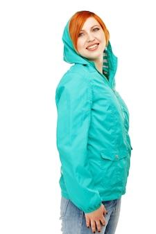 Portret młodej dziewczyny piękne w kurtkę z kapturem na białym tle