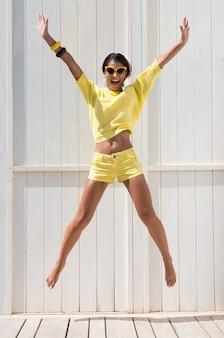 Portret młodej dziewczyny podekscytowany skoki