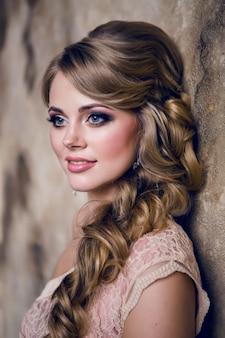 Portret młodej dziewczyny sexy blondynka w sukience z makijażem