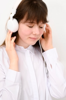 Portret młodej dziewczyny, słuchanie muzyki