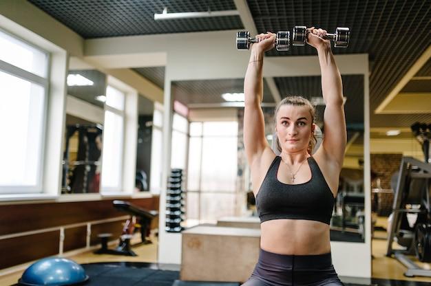 Portret młodej dziewczyny sportowy zaangażowany w sport i fitness