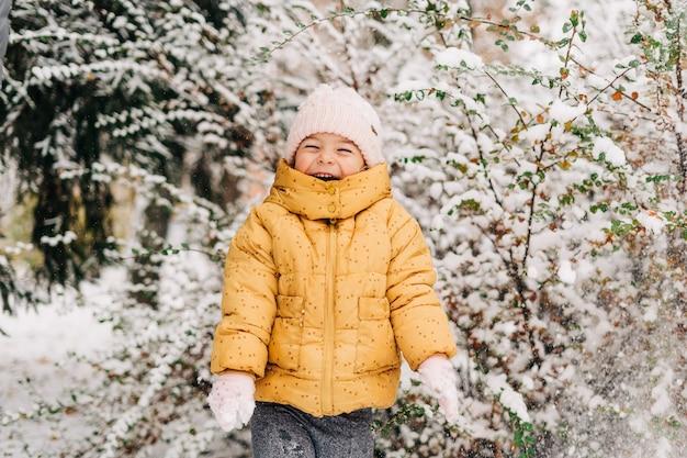 Portret młodej dziewczyny szczęśliwy, że jest na zewnątrz