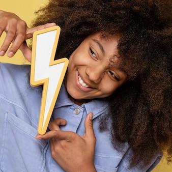 Portret młodej dziewczyny urocze pozowanie trzymając śrubę oświetleniową